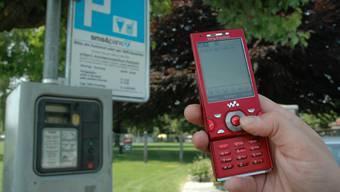Ein SMS an die Nummer 717 mit dem Namen der Parkzone, Parkplatznummer und der Parkzeit ist in wenigen Minuten versandt.