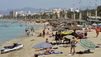 Touristen an den Stränden auf Mallorca, Menorca, Ibiza und Formentera werden ab Ende 2016 eine Tourismustaxe bezahlen müssen. (Archiv)