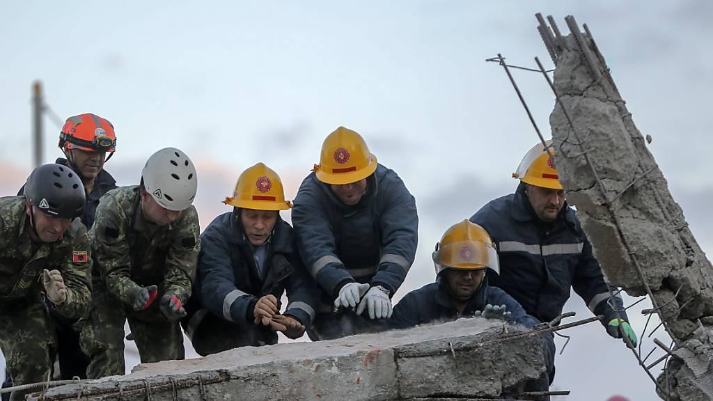 Verzweifelte Suche nach Überlebenden nach Erdbeben