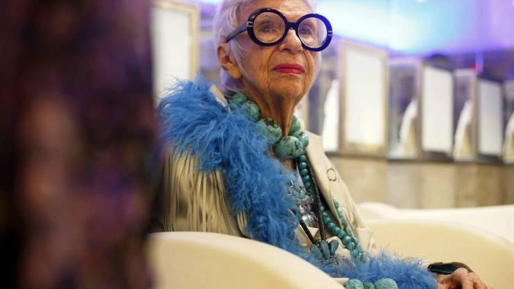 Die 95-jährige Stil-Ikone Iris Apfel rät Frauen, sich ab 70 zweimal zu überlegen, ob sie Mini oder schulterfrei tragen wollen. (Archivbild)