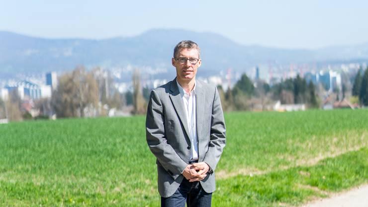 Lukas Pfisterer bei der Echolinde, seine Heimatstadt Aarau im Rücken.