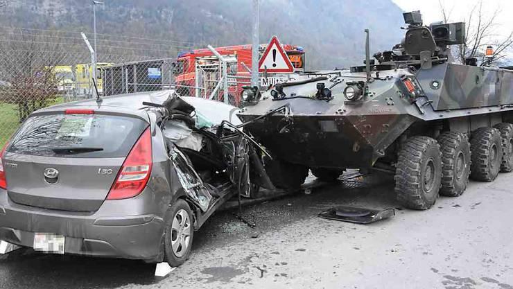 """Beim Zusammenprall eines """"Piranha"""" Radschützenpanzers der Armee mit einem Auto in Plons (Gemiende Mels SG) wurde eine 85-jährige Frau schwer verletzt. Sie starb am Sonntag im Spital."""