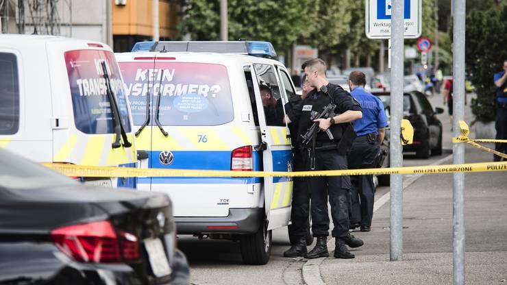Polizeieinsatz in Riehen: Bewaffneter Täter hatte die Kantonalbank-Filiale im Rauracherzentrum überfallen.