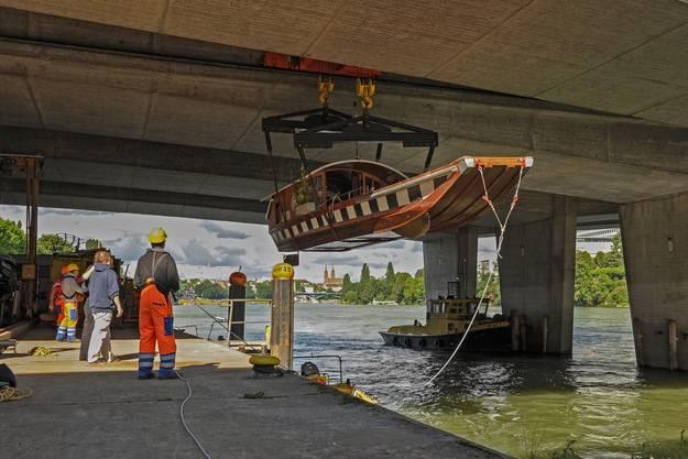 Unter der Schwarzwaldbrücke wurde die Fähre aus dem Rhein gefischt.
