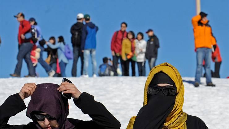 Soll verboten werden: Frauen, die ihr Gesicht verhüllen (wie hier Touristinnen auf dem Jungfraujoch).Marcel Bieri/key