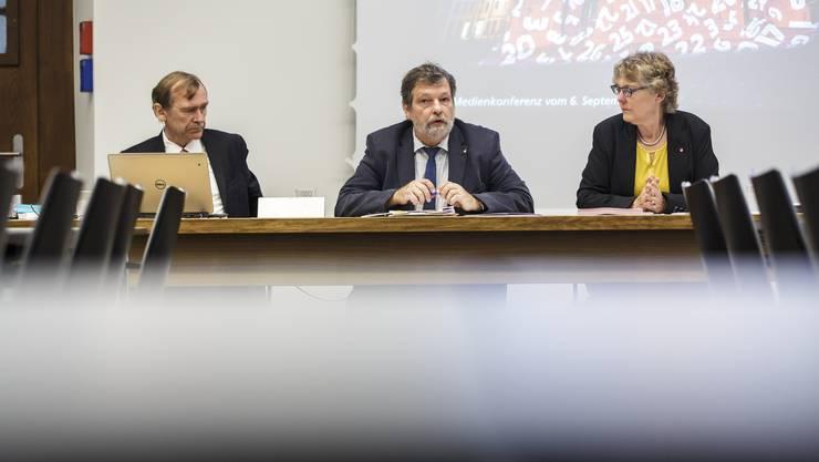 v.l.: Andreas Bühlmann (Chef Amt für Finanzen), Regierungsrat Roland Heim, Susanne Koch Hauser (Präsidentin Finanzkommission)