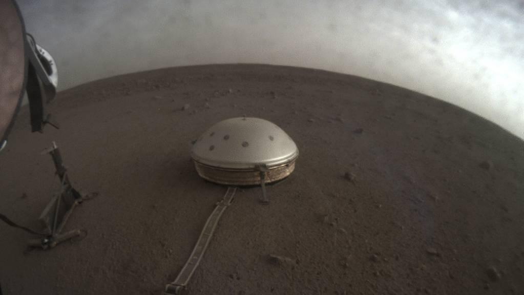 Gut geschützt unter einer Haube misst das Seismometer auf der Marsoberfläche feinste Erschütterungen. (Archivbild)