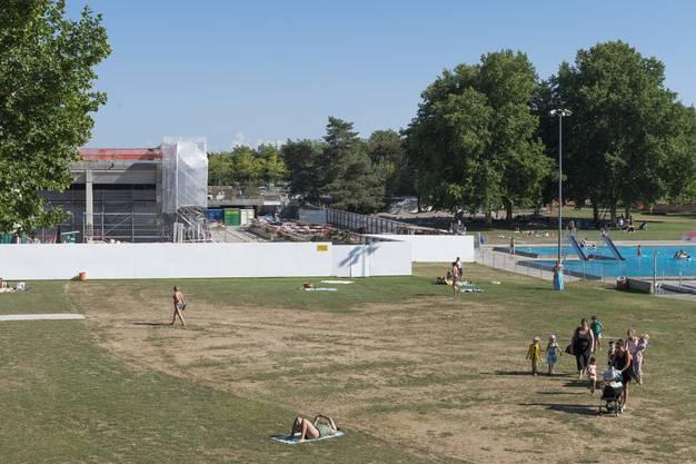 Das Freibad ist trotz Bauarbeiten in Betrieb und war dank des Wetters im Juli gut besucht.