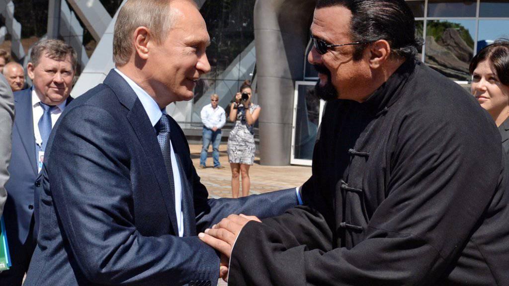 Zwei Russen unter sich: Präsident Vladimir Putin (links) hat dem US-Schauspieler Steven Seagal die russische Staatsbürgerschaft verliehen. (Archivbild)