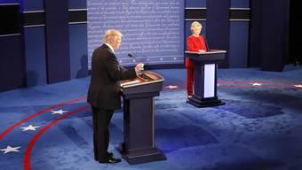 Donald Trump und Hillary Clinton bei ihrer ersten von bis zu drei politischen Debatten. Nach einer höflichen Begrüssung wurde die Debatte bald hitzig.