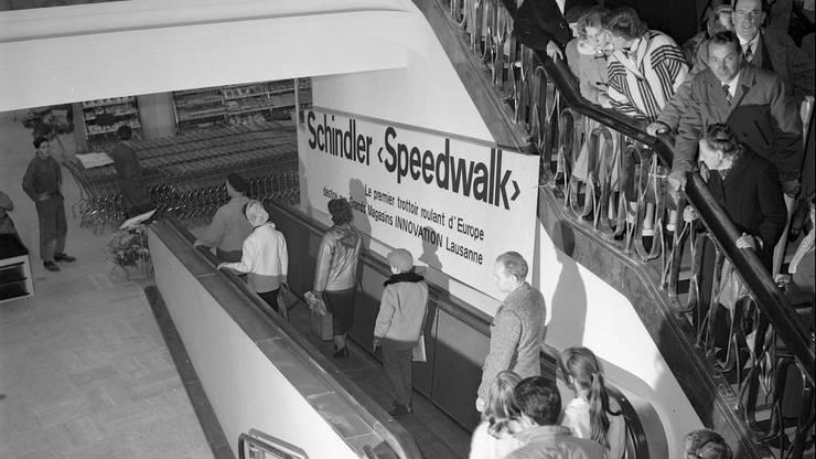 Um erstmals mit dem «Speedwalk», einen Rollteppich von Schindler, zu fahren, standen die Leute im früheren Grands Magasins Innovation in Lausanne stundenlang Schlange.