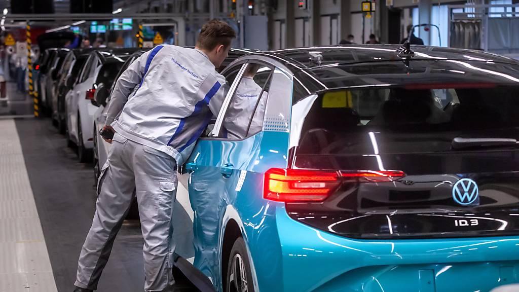 Die Stimmung in der gebeutelten deutschen Autobranche hat sich im August etwas aufgehellt. Die Unternehmen planen aber dennoch, weiter Personal abzubauen, wie eine Umfrage zeigt. (Archivbild)