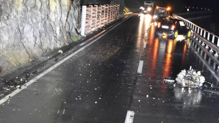 Der Motor wurde beim Unfall aus den Halterungen gerissen und auf die Strasse geschleudert.