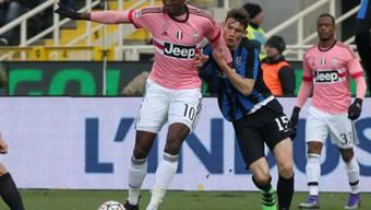 Juventus-Star Paul Pogba (links) im Zweikampf mit Atalantas Mario de Roon