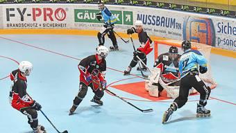 Laupersdorf gewinnt das Halbfinalduell: Laupersdorfs Andi Zehnder (rechts) versucht während des Qualifikationsspiels Embrachs Torhüter zu bezwingen. (Archiv)