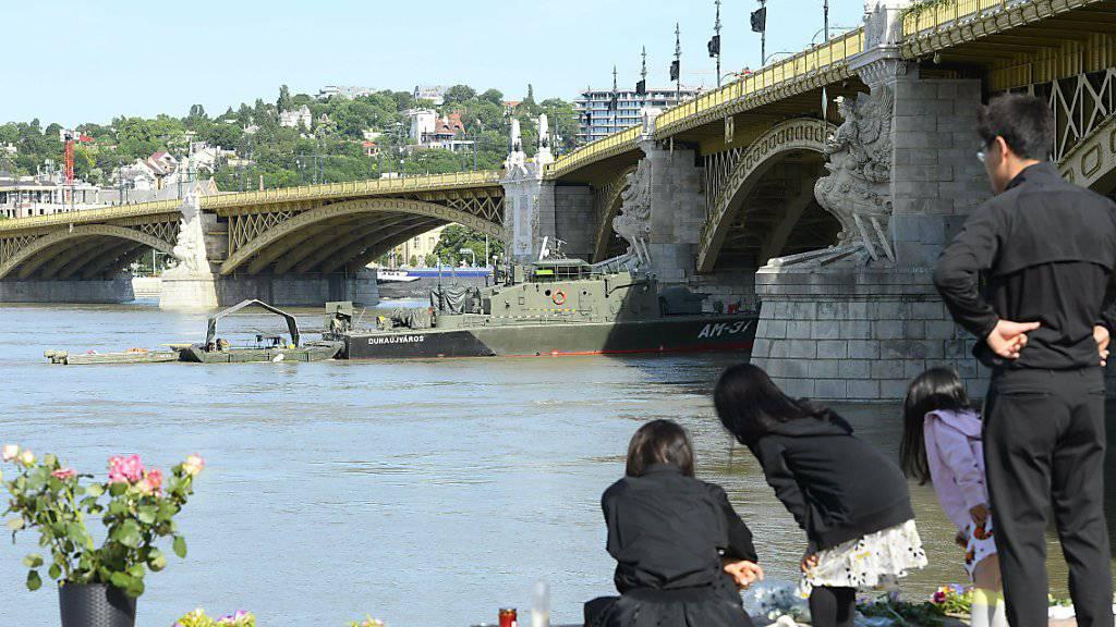 Trauernde Familienangehörige an der Donau in Budapest.