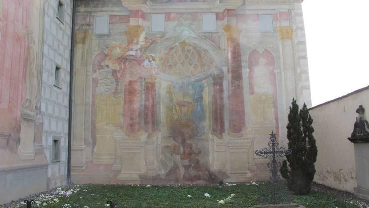 Ein Spaziergang ins Kloster Fahr lohnt sich nicht nur wegen der Ruhe, die man dort geniessen kann. Die Anlage ist auch aus kunsthistorischer Sicht einen Ausflug wert. Besonders die Fresken haben Aufmerksamkeit verdient. Die Malereien an der Klosterkirche zählen zu den bedeutendsten Aussenmalereien der Schweiz. Geschaffen wurden sie zwischen 1746 und 1748 von den Gebrüdern Giuseppe Antonio Maria und Giovanni Antonio Torricelli aus Lugano. Der Auftrag im Fahr ist ihr erster grosser in der Schweiz. Wegen des Umfangs und der Qualität zählen die Malereien zu den wichtigsten Arbeiten in ihrem Gesamtwerk. Im Kunstführer der Gesellschaft für Schweizerische Kunstgeschichte wird vor allem das auf der Westwand des Kirchhofs gestaltete Monumentalbild zum Jüngsten Gericht hervorgehoben. Dessen perspektivisch gemalte Architektur erweitere den Kirchhof illusionistisch und verknüpfe die Grabstätte der Schwestern unmittelbar mit dem Gedanken an die erwartete Wiederkunft Jesu Christi am Jüngsten Tag, hiesst es dort. Die Malschicht wird jedoch immer dünner und schlechter. Im Zuge der umfassenden Sanierungen im Kloster Fahr werden die Malereien deshalb restauriert. (zim)