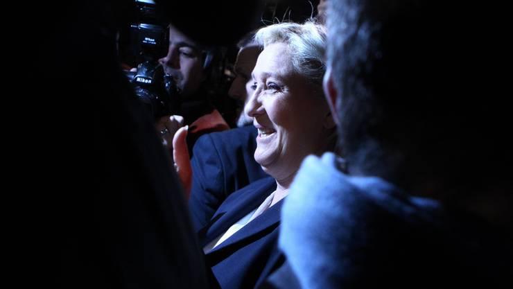 In bester Stimmung nach der ersten Runde der Regionalwahlen: FN-Chefin Marine le Pen im nordfranzösischen Hénin-Beaumont, umringt von Medienleuten