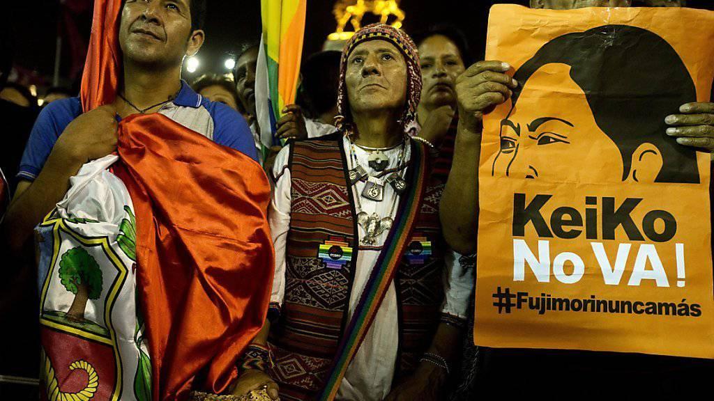 In der peruanischen Hauptstadt Lima protestieren Menschen gegen eine Präsidentschaftskandidatur der Ex-Präsidententochter Keiko Fujimori.