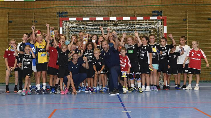 Der Handballnachwuchs posiert vor dem Testspiel gemeinsam mit dem Schweizer Aushängeschild Andy Schmid.