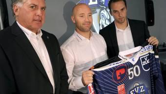 Headcoach Doug Shedden (links) und Sportmanager Patrick Lengwiler (rechts) stellen Neuzugang Glen Metropolit vor
