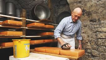 Mit Liebe gemacht: Hans König pflegt seine Käselaibe im Gewölbekeller mit Rotwein.  (Angelo Zambelli)