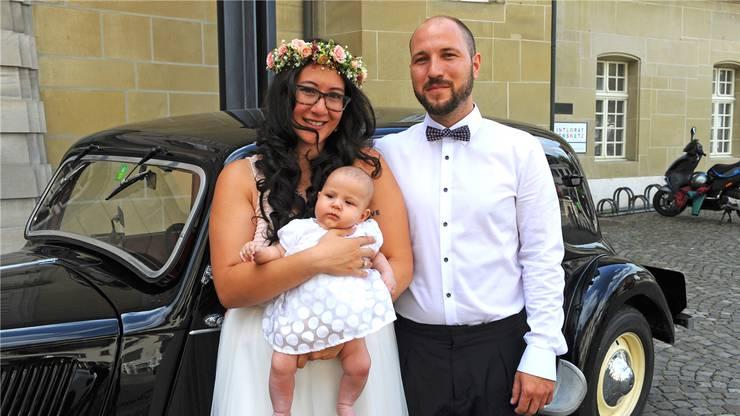 Cécile (25) und Ivan Zilic-Flückiger (31) aus Effingen feierten ihre zivile Trauung zusammen mit ihrer Tochter Helene, die am 8. Mai zur Welt kam. Das Paar kennt sich seit fünf Jahren und gibt sich morgen Samstag auch kirchlich das Ja-Wort.