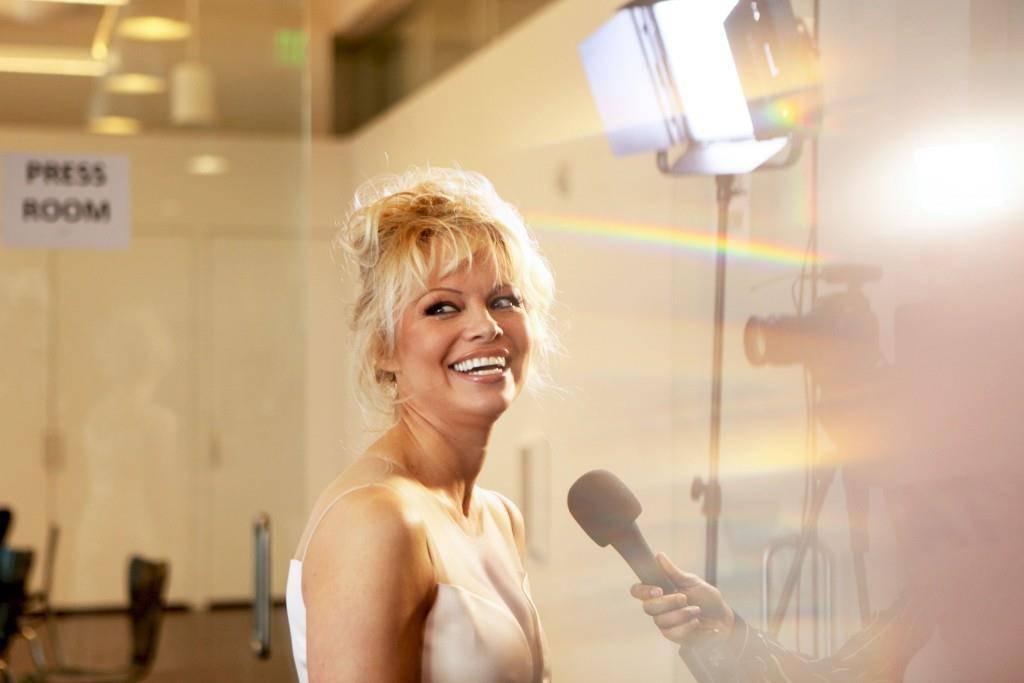 Strahlend mit 49. Pamela Anderson am 7. Juni 2016 in Los Angeles. (© Photo by Matt Winkelmeyer/Getty Images)