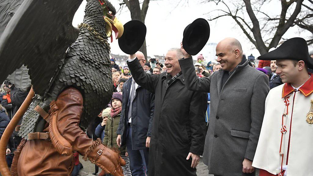 An der Seite eines Weibels begrüsst Bundesrat Alain Berset den Vogel Gryff. Der EDI-Vorsteher ist Ehrengast am Festtag des Kleinbasel. KEYSTONE/Georgios Kefalas)