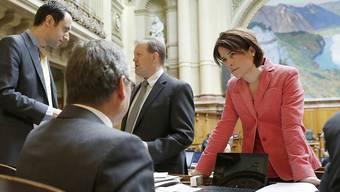 Die Schwyzerin Petra Gössi - hier im Gespräch mit FDP-Nationalrat Ruedi Noser - möchte in die Fussstapfen von Philipp Müller treten und FDP-Präsidentin werden. Der Berner Christian Wasserfallen (ganz links) verzichtete nach einigem Überlegen auf eine Kandidatur (Archiv).