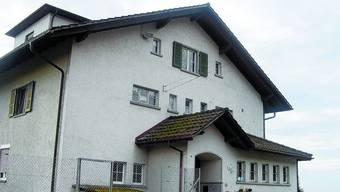 SCHULHAUS FARNERN: Durch den Wegzug der Realschule aus Farnern nach Wiedlisbach sind nun hier freie Schulräume verfügbar. KNR