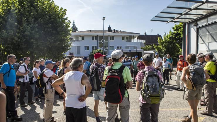 Der Start beim Coop in Trimbach. Der Wanderleiter erläutert die Strecke. In der neunten Etappe ging es von Trimbach auf die Frohburg und zum Schloss Wartenfels. Eine Wanderung mit vielen schönen Aussichten.