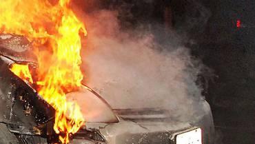 Als der Besitzer des BMW bemerkt, dass sein Auto anfängt zu Rauchen, wartet er nicht auf die Feuerwehr, sondern löscht den Brand selbst. (Symbolbild)