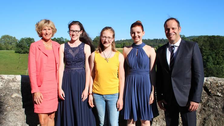 Gruppenbild mit den erfolgreichsten Absolventen der Berufsmatura:  Silvia Ferrari (Prüfungsleiterin), Marylène Büchi, Rebekka Schüttel, Jasmin Steimer und Tobias Widmer (Rektor) (v.l.n.r)