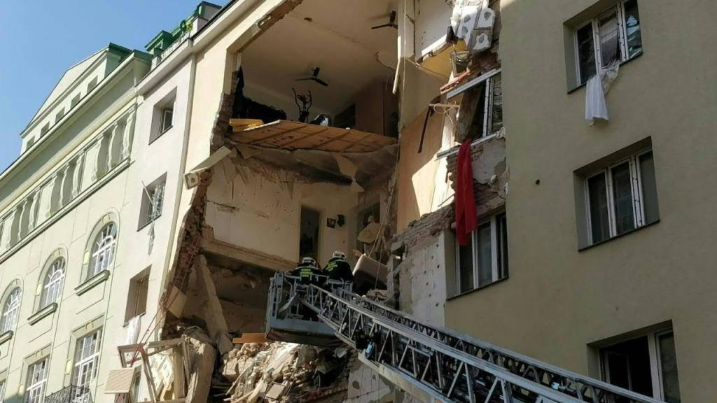 Nach einem Hauseinsturz in Wien haben die Sicherheitskräfte bereits Todesopfer gefunden.