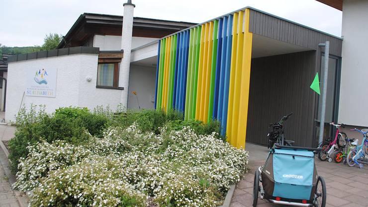 Der Eingangsbereich der Kindertagesstätte St. Elisabeth in Oberlauchringen. Hier sollen Kinder bis zum Erbrechen zum Essen und zum Schlafen auf Befehl gezwungen worden sein.