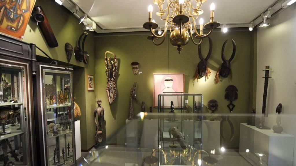 Das Innere der Galerie Fischer bei einer Ausstellung im Jahre 2011, als Exponate von Stammeskunst angeboten wurden. (Archivbild).
