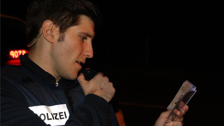Verkehrskontrolle: Rafael Müller gibt die Fahrerdaten an «Lenzhard» weiter. Dennis Kalt