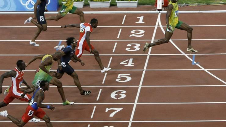 Usain Bolt überquert 2008 im Olympia-Final über 100 m die Ziellinie mit deutlichem Vorsprung