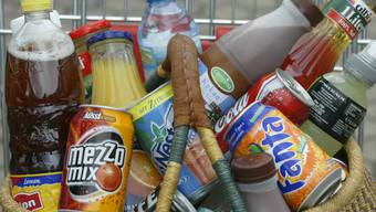 Getränke sind bei den Schweizer Detailhändlern heute fast gar nicht mehr in Pfandflaschen erhältlich. (Archivbild)