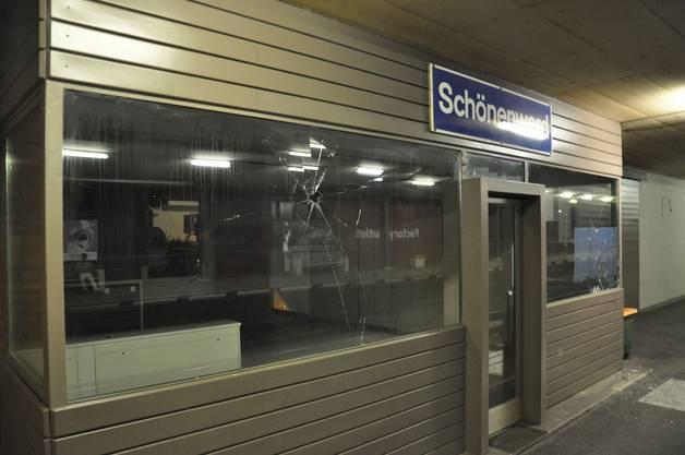 Der Täter schlug die Fensterscheibe am Bahnhof Schönenwerd ein.