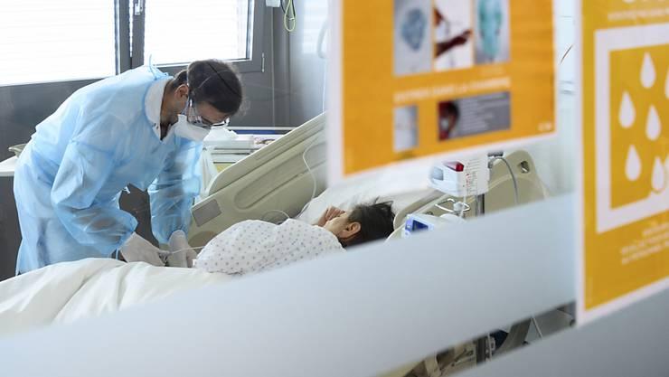 Am Sonntag befanden sich im Kanton Zürich 71 Personen wegen einer Coronainfektion in Spitalpflege. (Symbolbild)