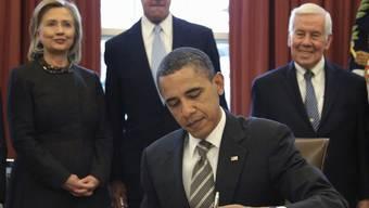 Obama unterzeichnet das Abkommen im Beisein von Clinton, Kerry und Lugar (v.l.)