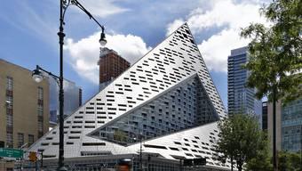 Dieses von dem  dänischen Architekten Bjarke Ingels entworfenes 140 Meter hohes Wohngebäude in Manhattan erhält in Frankfurt am Main den Internationalen Hochhauspreis 2016. (Foto: Kirsten Bucher/dpa)