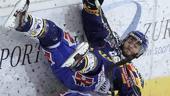 Der Davoser René Back begräbt den Klotener Yannick Herren unter sich.