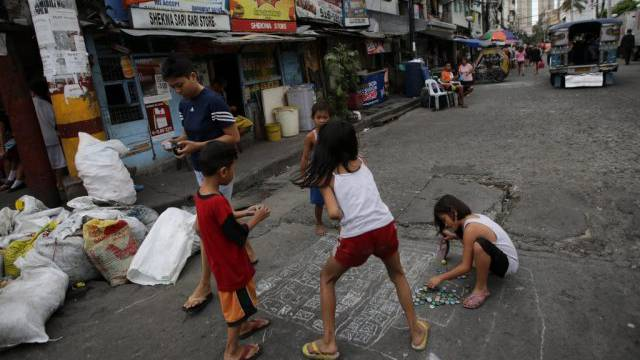 Philippinische Kinder spielen in Manila (Symbolbild)