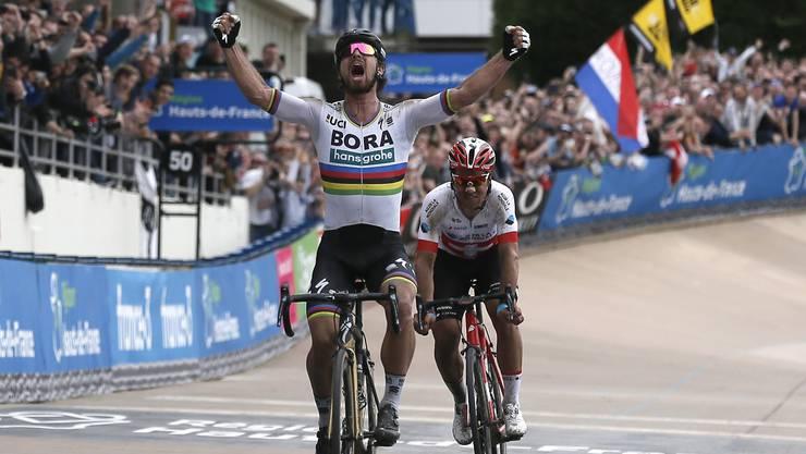 Im Schlussspurt bleibt der Aargauer Silvan Dillier (hinten) ohne Chance und muss Peter Sagan beim Siegesjubel zusehen.
