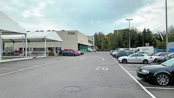 Das Werkhof-Areal mit dem Sitz der SWL Energie AG (hinten) und Provisorien des von einem Brand zerstörten Forstwerkhofs.