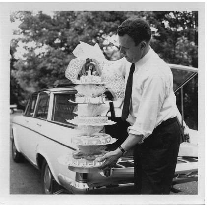 Paul Schiesser beim persönlichen Ausliefern einer Hochzeitstorte im Jahr 1963. Bild: Archiv Familie Schiesser