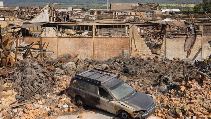 Viele der rund 40 eingemieteten Gewerbebetriebe verloren alles. Auch dieser Volvo-Firmenwagen ist nicht mehr zu gebrauchen.